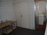 15-vista-de-la-cocina-con-armario-empotrado-y-terraza-al-fondo-1