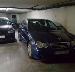 Plaza garaje con coche más pequeño al lado